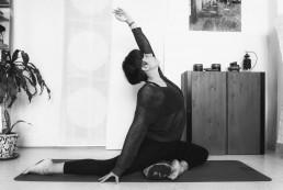 María de M3 yoga estirando el lateral Izquierdo