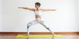 M3 Yoga haciendo la postura del guerrero uno